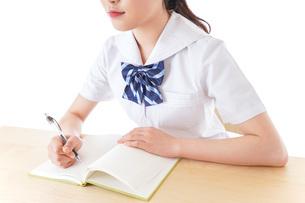 授業を受ける若い女子学生の写真素材 [FYI04715872]