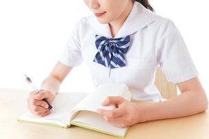授業を受ける若い女子学生の写真素材 [FYI04715881]