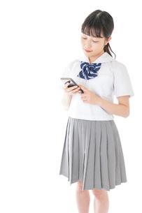 スマートフォンを使う若い女子学生の写真素材 [FYI04715882]