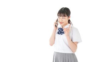 スマートフォンを使う若い女子学生の写真素材 [FYI04715887]