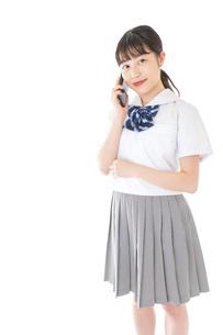 スマートフォンを使う若い女子学生の写真素材 [FYI04715888]