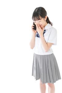 スマートフォンを使う若い女子学生の写真素材 [FYI04715895]