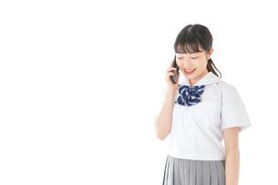スマートフォンを使う若い女子学生の写真素材 [FYI04715896]