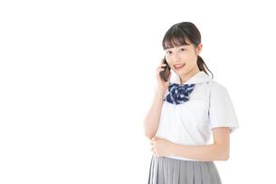 スマートフォンを使う若い女子学生の写真素材 [FYI04715900]