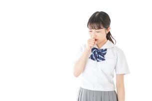 咳をする若い女子学生の写真素材 [FYI04715924]