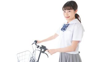 自転車通学をする若い女子学生の写真素材 [FYI04715940]
