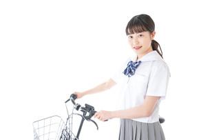 自転車通学をする若い女子学生の写真素材 [FYI04715945]