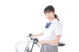 自転車通学をする若い女子学生の写真素材 [FYI04715951]