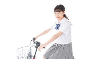 自転車通学をする若い女子学生の写真素材 [FYI04715953]