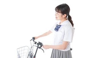 自転車通学をする若い女子学生の写真素材 [FYI04715954]