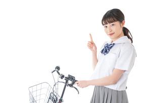 自転車通学をする若い女子学生の写真素材 [FYI04715958]