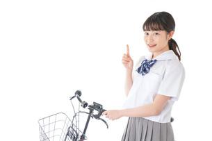 自転車通学をする若い女子学生の写真素材 [FYI04715959]