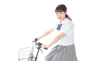 自転車通学をする若い女子学生の写真素材 [FYI04715960]