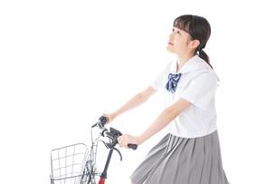 自転車通学をする若い女子学生の写真素材 [FYI04715962]