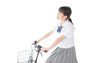 自転車通学をする若い女子学生の写真素材 [FYI04715963]