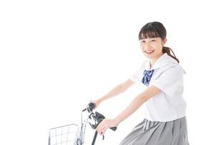 自転車通学をする若い女子学生の写真素材 [FYI04715967]
