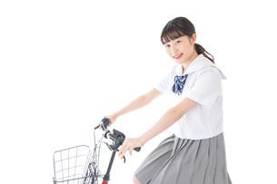 自転車通学をする若い女子学生の写真素材 [FYI04715968]
