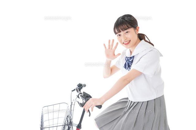 自転車通学をする若い女子学生の写真素材 [FYI04715973]