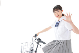 自転車通学をする若い女子学生の写真素材 [FYI04715977]
