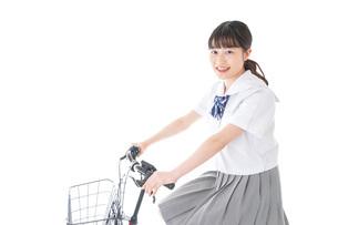 自転車通学をする若い女子学生の写真素材 [FYI04715980]