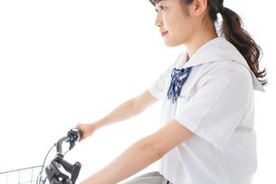 自転車通学をする制服姿の学生の写真素材 [FYI04715983]
