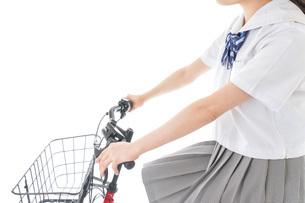 自転車通学をする制服姿の学生の写真素材 [FYI04715988]