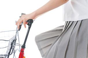 自転車通学をする制服姿の学生の写真素材 [FYI04715989]