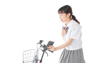 自転車でスマホを使う若い学生の写真素材 [FYI04715991]