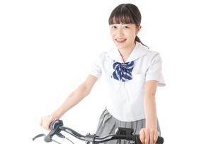 自転車通学をする制服姿の学生の写真素材 [FYI04715992]