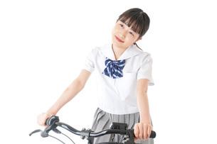 自転車通学をする制服姿の学生の写真素材 [FYI04715993]