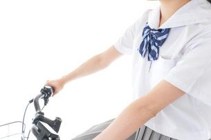 自転車通学をする制服姿の学生の写真素材 [FYI04715994]