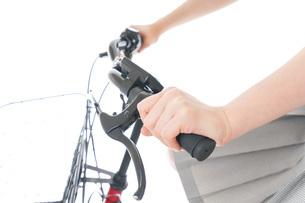 自転車通学をする制服姿の学生の写真素材 [FYI04715995]