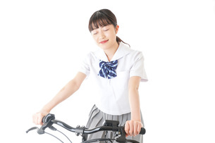 自転車通学をする制服姿の学生の写真素材 [FYI04715996]