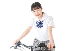 自転車通学をする制服姿の学生の写真素材 [FYI04715997]