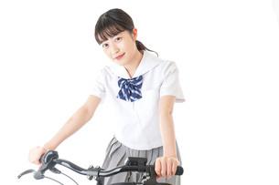 自転車通学をする制服姿の学生の写真素材 [FYI04715999]