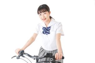 自転車通学をする制服姿の学生の写真素材 [FYI04716000]
