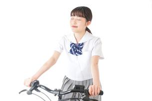 自転車通学をする制服姿の学生の写真素材 [FYI04716001]