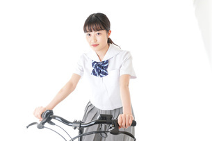 自転車通学をする制服姿の学生の写真素材 [FYI04716002]