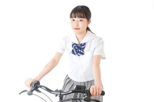 自転車通学をする制服姿の学生の写真素材 [FYI04716003]