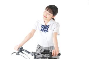 自転車通学をする制服姿の学生の写真素材 [FYI04716004]