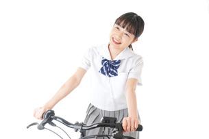 自転車通学をする制服姿の学生の写真素材 [FYI04716005]
