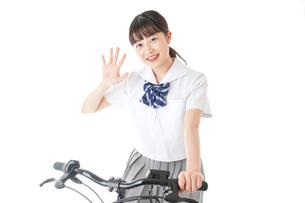 自転車通学をする制服姿の学生の写真素材 [FYI04716007]