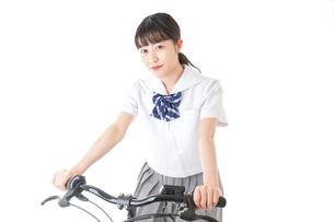 自転車通学をする制服姿の学生の写真素材 [FYI04716008]