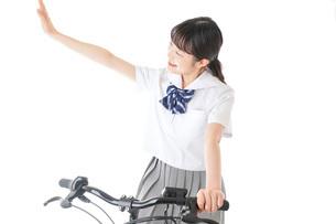 自転車通学をする制服姿の学生の写真素材 [FYI04716009]