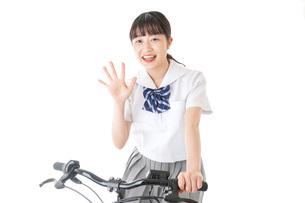 自転車通学をする制服姿の学生の写真素材 [FYI04716010]