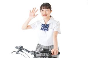 自転車通学をする制服姿の学生の写真素材 [FYI04716011]