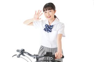自転車通学をする制服姿の学生の写真素材 [FYI04716013]
