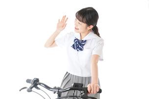 自転車通学をする制服姿の学生の写真素材 [FYI04716014]