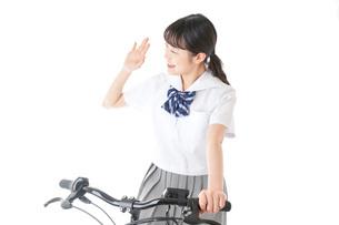 自転車通学をする制服姿の学生の写真素材 [FYI04716016]