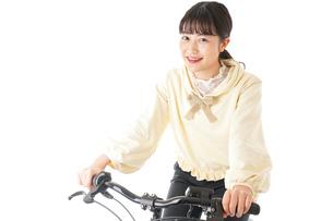 自転車を運転する若い女性の写真素材 [FYI04716027]